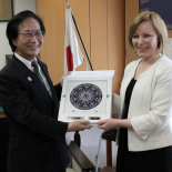Lithuanian Vice-Minister of Education and Science  Svetlana Kauzonienė presents a gift to Japanese Education, Culture, Sports, Science and Technology Minister  - Hakubun Shimomura.